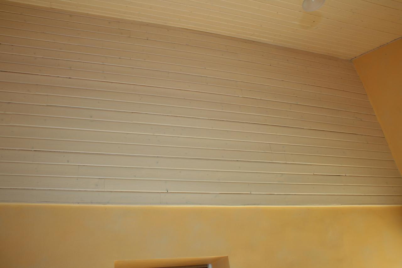 Cuisine haut du mur plafond lambris lasur blanc cass - Mur blanc casse ...
