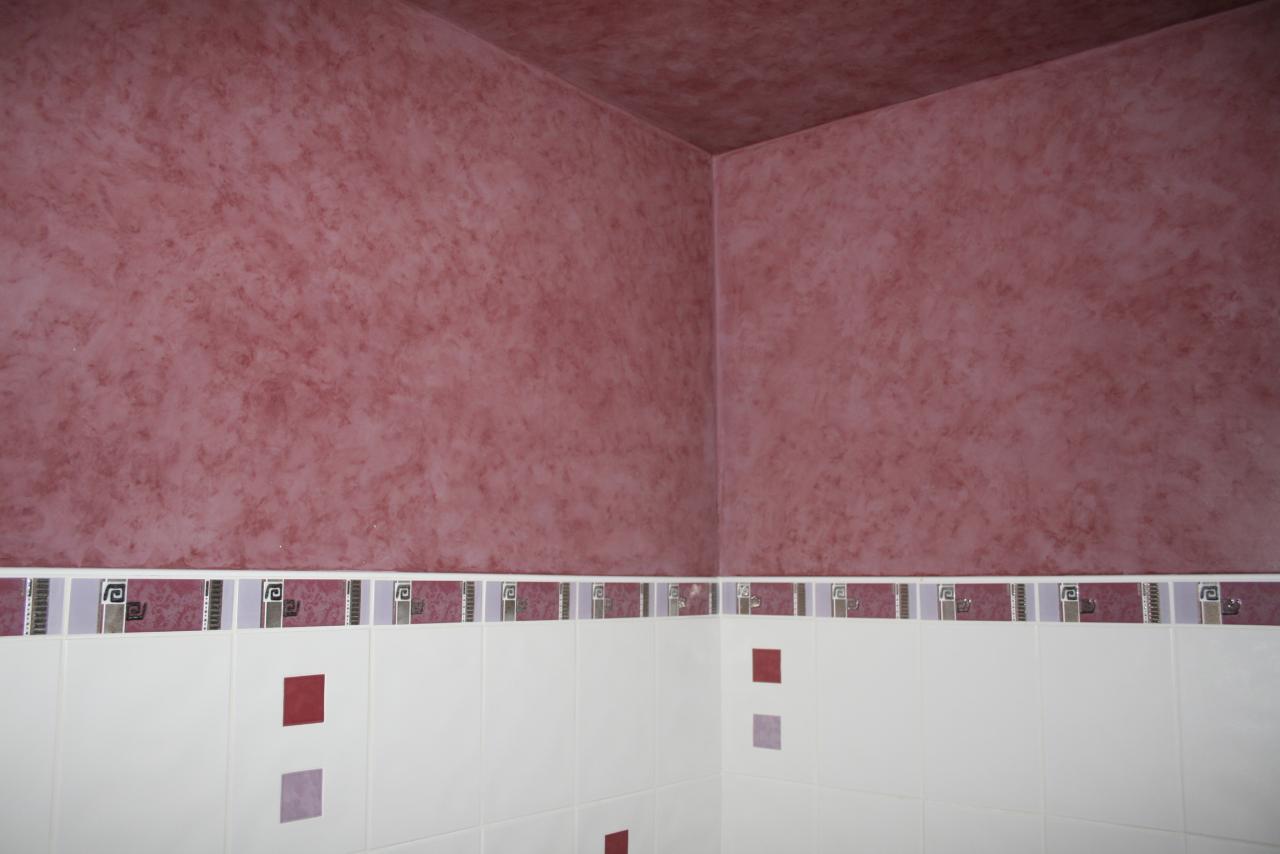 Salle de bain murs et plafond imitation motif fa ence for Faience motif salle de bain